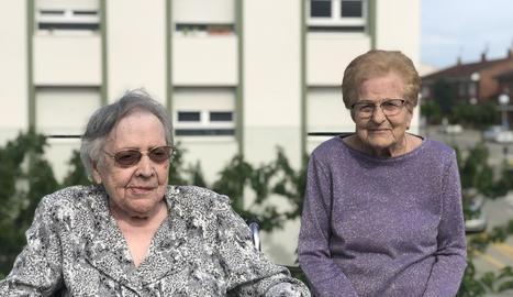 Pepa i Clotilde, de 105 i 103 anys, al jardí de la residència de Guissona.