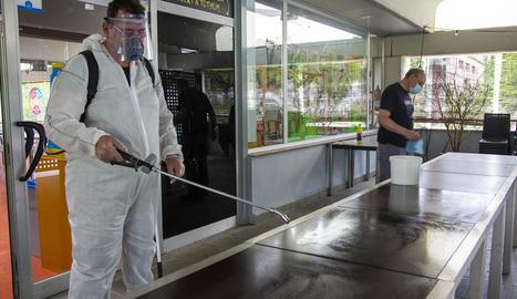 El personal treballava ahir en la desinfecció del local per reobrir dilluns.