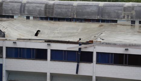 S'ensorra part de la teulada del col·legi Mirasan de Lleida