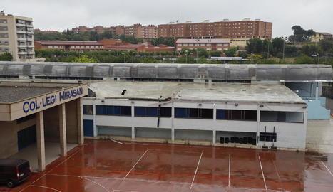 Restes de la teulada del poliesportiu del col·legi Mirasan, que va col·lapsar ahir a primera hora per l'acumulació d'aigua.