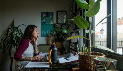 Una persona treballant des de casa a causa de la pandèmia de coronavirus, en una imatge d'arxiu.