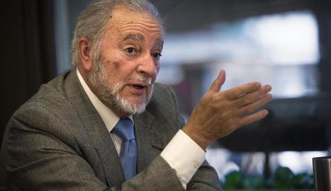 Julio Anguita es va retirar de la primera línia política i va renunciar a la pensió com a exdiputat.