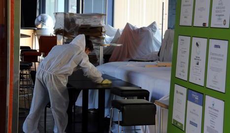 Desinfecció d'un hotel medicalitzat que va tancar ahir a Barcelona.