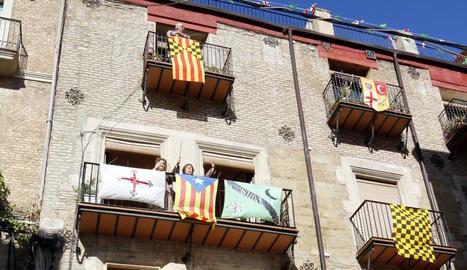 La Festa de Moros i Cristians de Lleida es fa sentir amb música i balcons engalanats