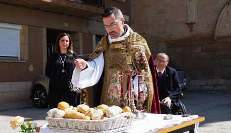 Després de l'Eucaristia, mossèn Josep M. Vilaseca va beneir els pans.