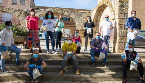 Un grup de voluntaris del consistori protegits per màscares i guants va repartir els panets.