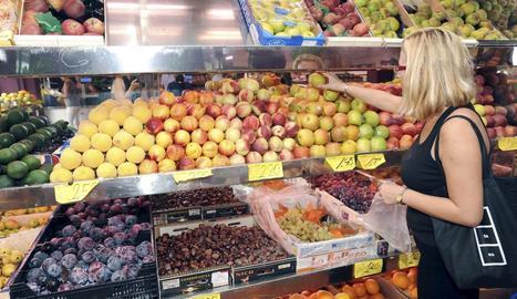 Fruites i verdures guanyen espai a la cistella de la compra.