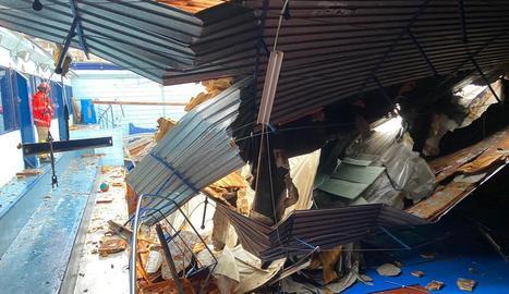 Restes de la teulada que es va esfondrar per culpa de l'aigua.