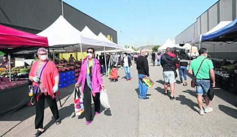 Imatge presa ahir al mercat de Torrefarrera, que ofereix parades d'alimentació.
