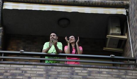 Una parella aplaudint ahir des del balcó a Cappont.