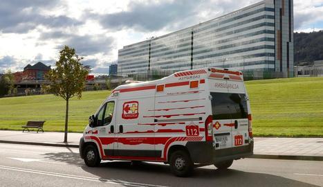 Una ambulància ahir a l'Hospital Central d'Astúries.