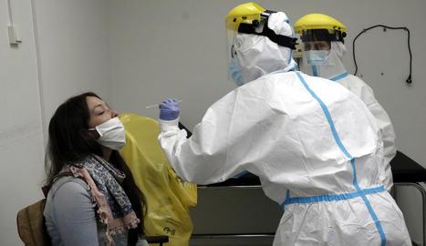 Professionals d'un CAP de Girona extraient mostres per a la prova PCR.