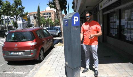 Un conductor pagant ahir la zona blava a la capital del Segrià.