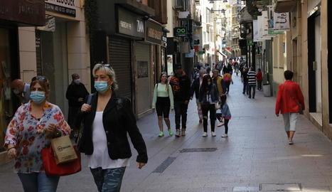 L'Eix Comercial de Lleida, on ahir van obrir la majoria de botigues, molt freqüentat.