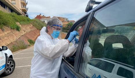 Alguns CAP fan les PCR amb els pacients als seus vehicles, com el de Tremp.