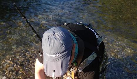 Un pescador ahir al Segre al seu pas per l'Alt Urgell.
