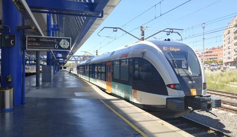 El tren de la línia de la Pobla, ahir a l'estació de Lleida.