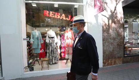Un home protegit amb una mascareta, ahir, en un carrer de Madrid.