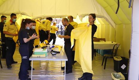 Alguns dels professionals sanitaris del SEM preparant-se abans de fer els tests, ahir.