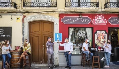 Persones protegides amb mascareta prenen unes cerveses en un bar de Màlaga, ahir.