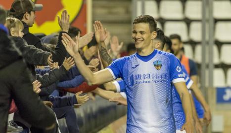 El croat Matej Simic saluda els aficionats a l'acabament d'un partit al Camp d'Esports.