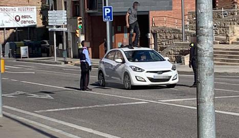 Vista de l'individu pujat ahir a sobre d'un vehicle particular i els agents mirant de reduir-lo.