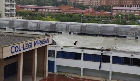 Vista de la teulada del poliesportiu que es va esfondrar dissabte.