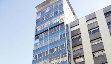 Una vidriera es va desprendre de la vuitena planta de l'edifici.