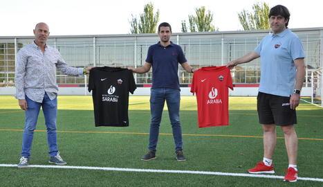 Edgar Tornero sosté les samarretes amb els colors de l'Alpicat.