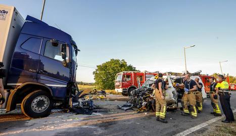 La col·lisió frontal entre el camió i la furgoneta es va produir a l'entrada del poble.