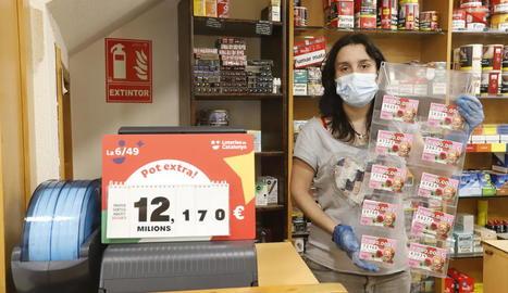 Un punt de venda ahir de Loteries de Catalunya a l'Eix Comercial després de reactivar-se els sortejos.