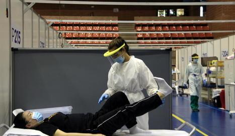 Una fisioterapeuta treballa amb una pacient amb seqüeles que li va causar el Covid-19.