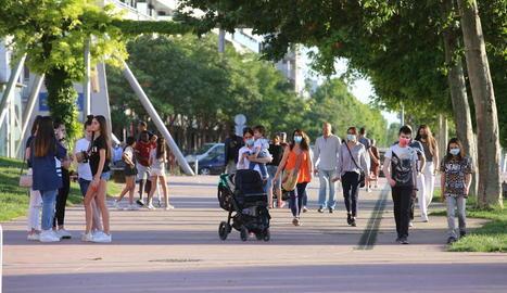 Diverses persones passejant amb i sense mascareta per la plaça Blas Infante.