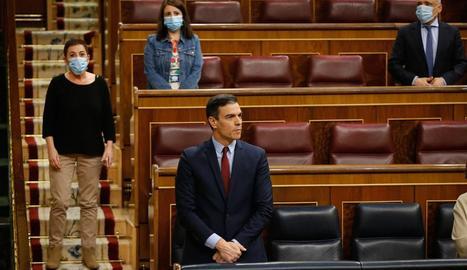 A dalt, Lastra, mentre a les escales hi ha Mertxe Aizpurua (Bildu) i Sánchez al seu escó, dimecres guardant un minut de silenci.