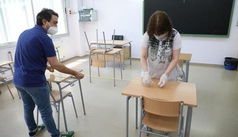 Un institut de Lleida prenent ahir mesures per separar els pupitres.