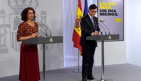 Captura del senyal institucional del Palau de la Moncloa que mostra a la ministra d'Hisenda, María Jesús Montero i al ministre de sanitat, Salvador Illa, durant la roda de premsa.