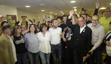 Cairol, segona per l'esquerra, al costat de Sandra Castro, celebren la victòria a les municipals.