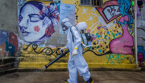 Imatge de les tasques de desinfecció en una favela, als afores de Rio de Janeiro.