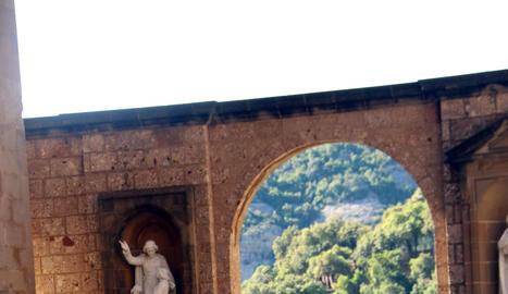 Desinfecció ahir a Montserrat, que no preveu reobrir fins que Barcelona entri en la fase 2.