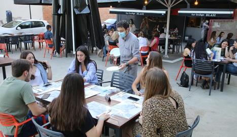 Els bars i restaurants van poder obrir les terrasses dilluns.