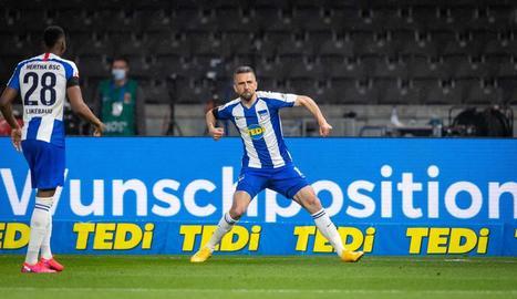 Vedad Ibisevic celebra el primer gol davant una grada buida.