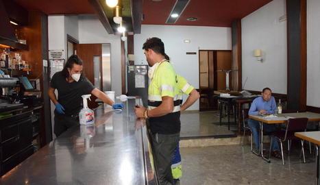 El bar restaurant Portal d'Organyà va obrir la zona del bar.
