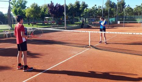Dos joves ahir a les pistes del CT Urgell.