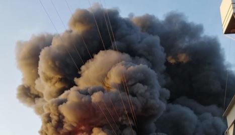 El foc va causar una gran columna de fum en la planta.