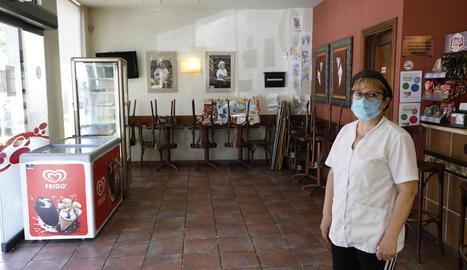 Cristina Begué, propietària del bar Le Bistrot, a Torrefarrera, continua sense poder servir al local.