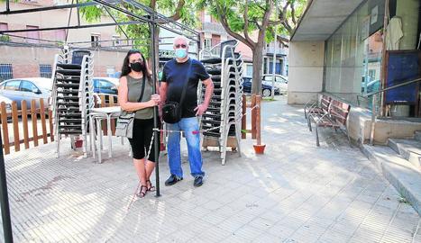 Mónica i Juan, davant la terrassa tancada del bar del local social de Balàfia que regenten.