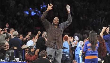 Ewing saluda el públic mentre assisteix a un partit de l'NBA.