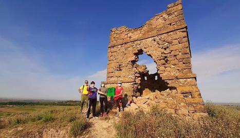 Membres del Centre Excursionista i amics de Garra van desplegar una bandera al costat del Tossal.