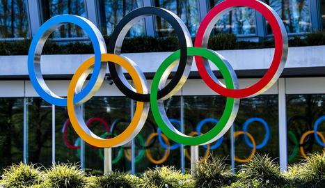 El símbol dels cinc anells olímpics en una avinguda de Tòquio.