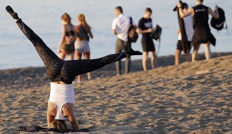 La platja de la Barceloneta mostra aquests dies imatges que disten molt del que estableix el pla de desconfinament.